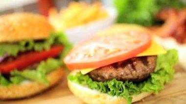 Freshly prepared gourmet bacon cheeseburger — Stock Video