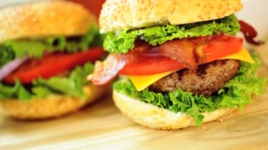 Freshly prepared gourmet bacon cheeseburger — Stockvideo