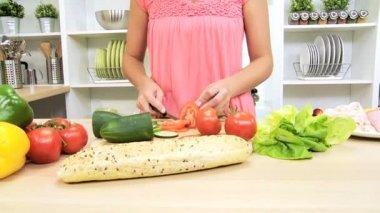 Feminina cozinha cortar salada fresca orgânica — Vídeo stock