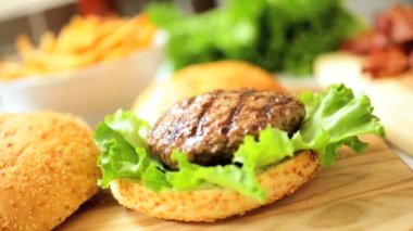 Ingredienti insalata di carne biologica hamburger carne da vicino — Video Stock