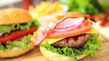 Freshly prepared gourmet bacon cheeseburger — 图库视频影像