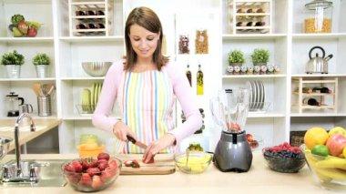 ブルネットの少女のミキサーの新鮮なフルーツ ジュースを準備します。 — ストックビデオ
