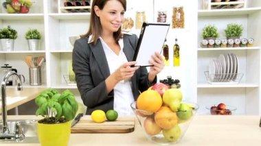 Smart Female Wireless Tablet App Online Healthy Website — Stock Video