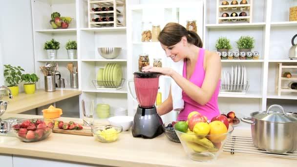Mujer de club de salud con jugo de fruta orgánica licuadora — Vídeo de stock