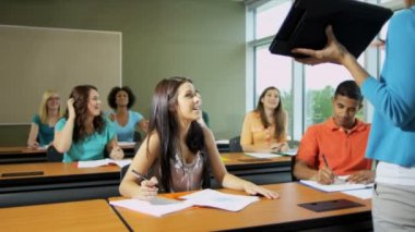 女性講師と学生 — ストックビデオ