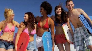 Gençler eğleniyor kumsalda — Stok video