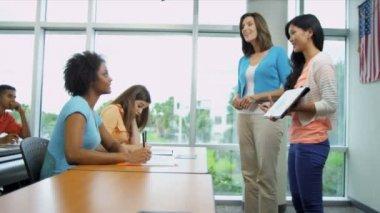 Estudiante universitario femenino presentación — Vídeo de stock