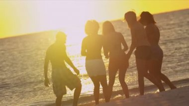Young people having fun on beach — Vídeo de stock