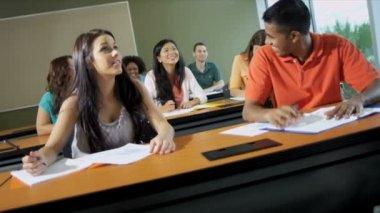 Estudiantes trabajan en clase con profesor femenino — Vídeo de Stock