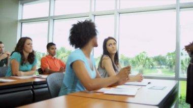 Genç kadın öğretim üyesi öğrencilerle — Stok video