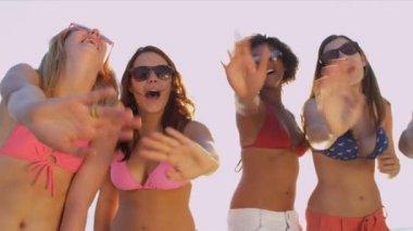 Eğlenceli, birlikte sahilde zevk gençler — Stok video