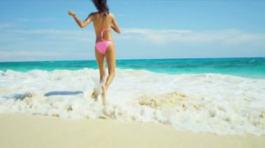 Girl in pink bikini enjoying her luxury beach lifestyle — Stock Video