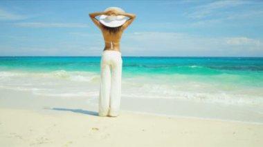 Girl looking ocean on beach — Stock Video