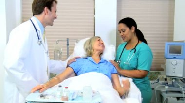 Female patient receiving medical treatment — Stock Video