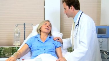 Medical specialist reassuring female patient — Stockvideo