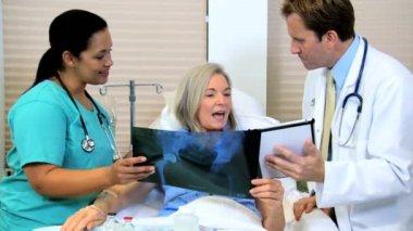 Hospital staff discussing x-ray result with patient — Stock Video