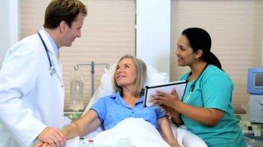 Medical consultant advising older female patient — Stock Video