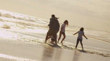 Ragazze con genitori godere vacanze — Video Stock