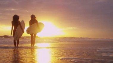 Girls holding surfboards on beach — Stock Video