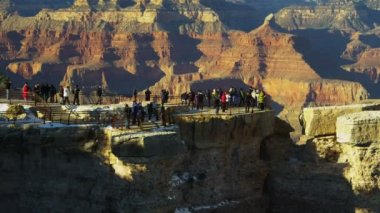 Time lapse Grand Canyon tourists cliff face colourful rock layers, Arizona, USA — Stock Video