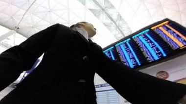 Businesswoman in modern airport terminal — Stock Video