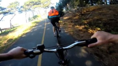 Bike riding couple exercising together — Stock Video
