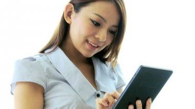 Donna di affari using tablet touch screen — Video Stock