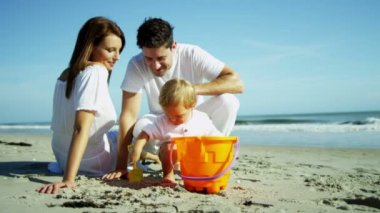 Parents with son playing on sandy beach — Stock Video