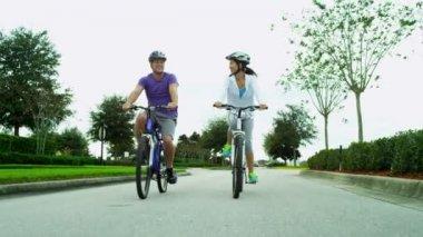 Coppia godendo insieme in bicicletta all'aperto — Video Stock