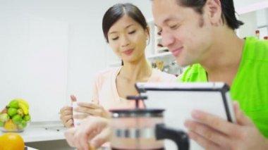 Coppie con wireless tablet al bancone della cucina — Video Stock
