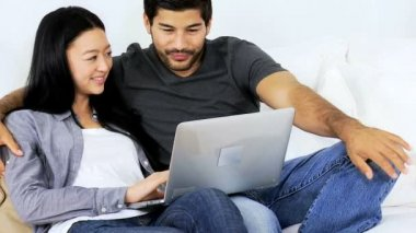 Couple at home using tablet — Stock Video