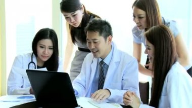 Medici riuniti nella sala riunioni ospedale — Video Stock