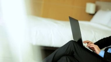 Businessman in hotel using laptop — Video Stock