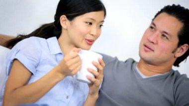 Coppie che si siedono e bere caffè — Video Stock