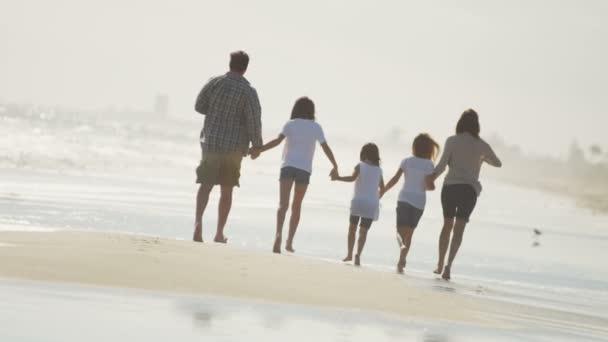 homme qui marche pieds nus dans un d sert de sable de la plage vid o zefart 49624051. Black Bedroom Furniture Sets. Home Design Ideas