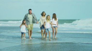 Parents with daughters walking on beach — Vídeo stock