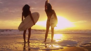Girls holding surfboards on beach — Stock Video
