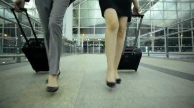 Femmes d'affaires asiatiques dans le terminal de l'aéroport — Vidéo