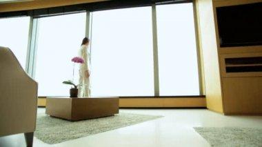 Businesswoman in luxury penthouse — Vídeo de Stock