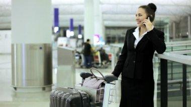 Caucasian businesswoman in airport terminal — Stock Video