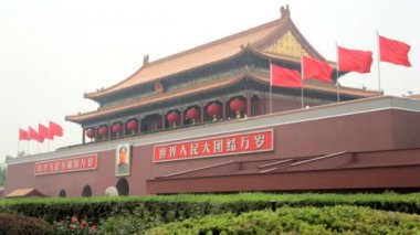 Mao Zedong  portrait on Tienanmen Gate and National China  Flags — Stock Video
