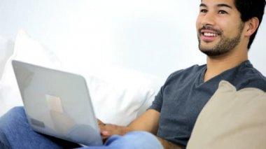 Homme à la barbe en vêtements décontractés à l'aide de portable sans fil moderne — Vidéo
