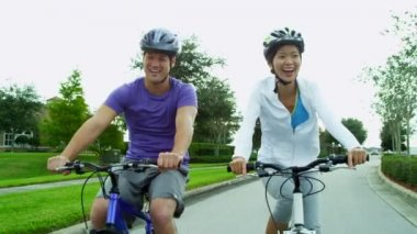Par njuter tillsammans cykling utomhus — Stockvideo