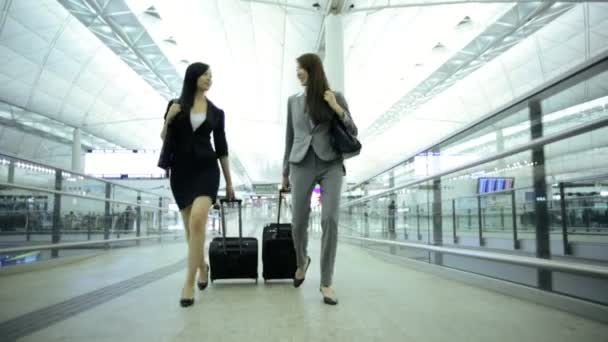 Asian businesswomen in airport terminal — Vídeo de stock