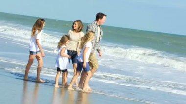 Föräldrar med döttrar på stranden — Stockvideo