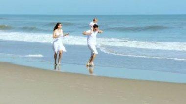 Föräldrar med barn som går på stranden — Stockvideo