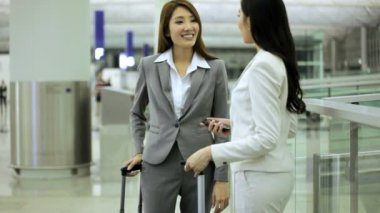 Asian businesswomen in airport terminal — Vídeo stock