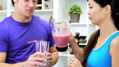 Couple pouring smoothie — Stock Video