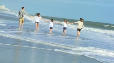 Parents with daughters on beach — Stockvideo