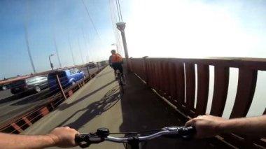 Casal andando na ponte Golden Gate — Vídeo stock